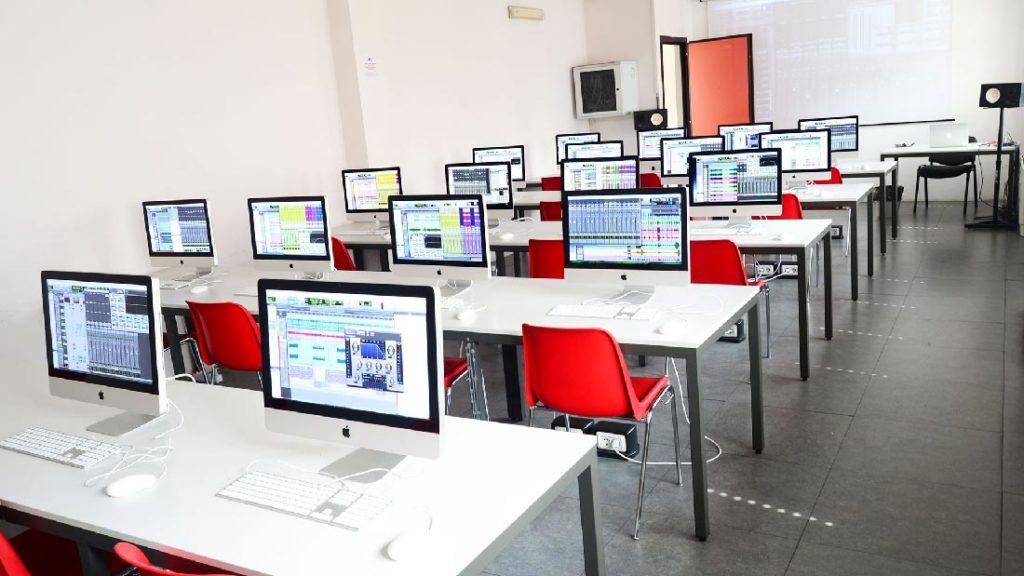 foto aule equipaggiate con iMac per corsi di formazione