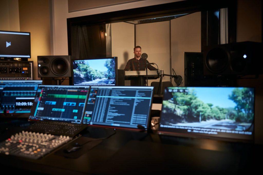 lezione gratuita online per mostrare le nuove funzionalità di Nuendo 11 applicate al video. Nella foto vari schermi con software dove provare il Dolby Atmos production workflow