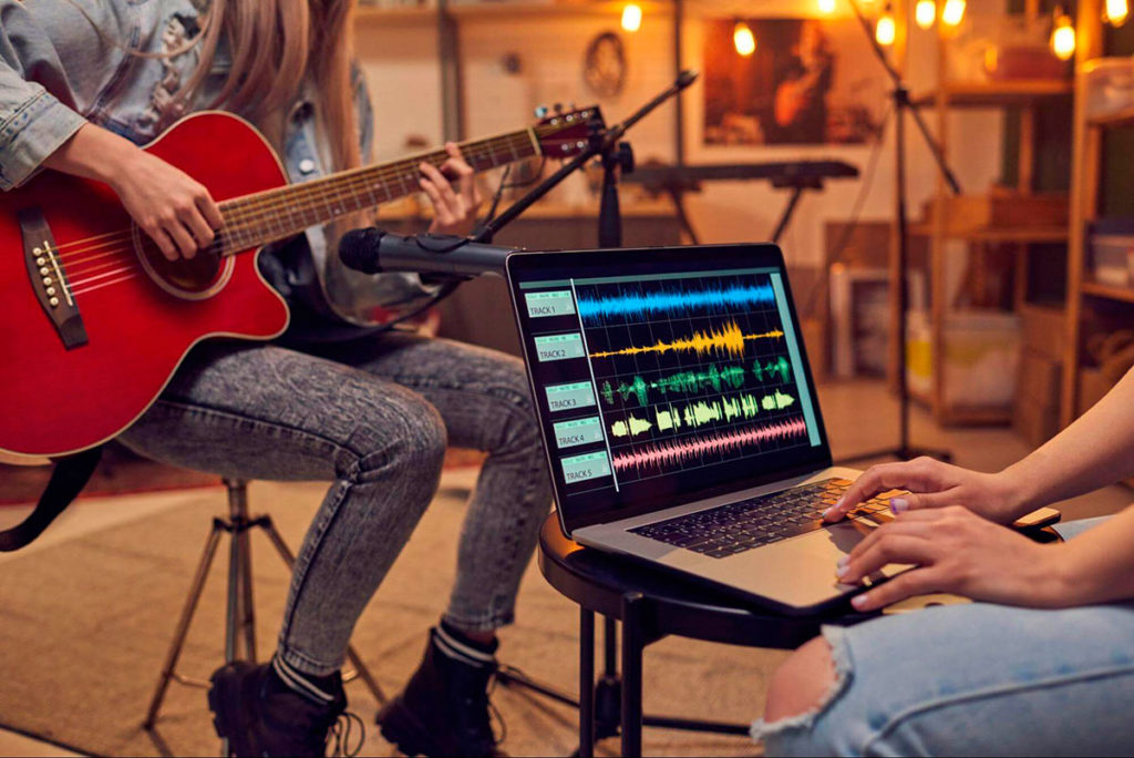 produttore musicale supporta l'artista per migliorare i brani musicali