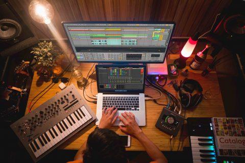 produzione di musica competenze e abilità del producer al lavoro nelle varie fasi di pre e post produzione, editing, registrazione, ecc.