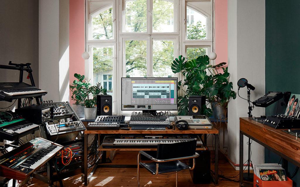 studio di registrazione a casa con software daw. Programi, strumenti musicali, dispositivi elettronici per allestire il proprio home recording studio