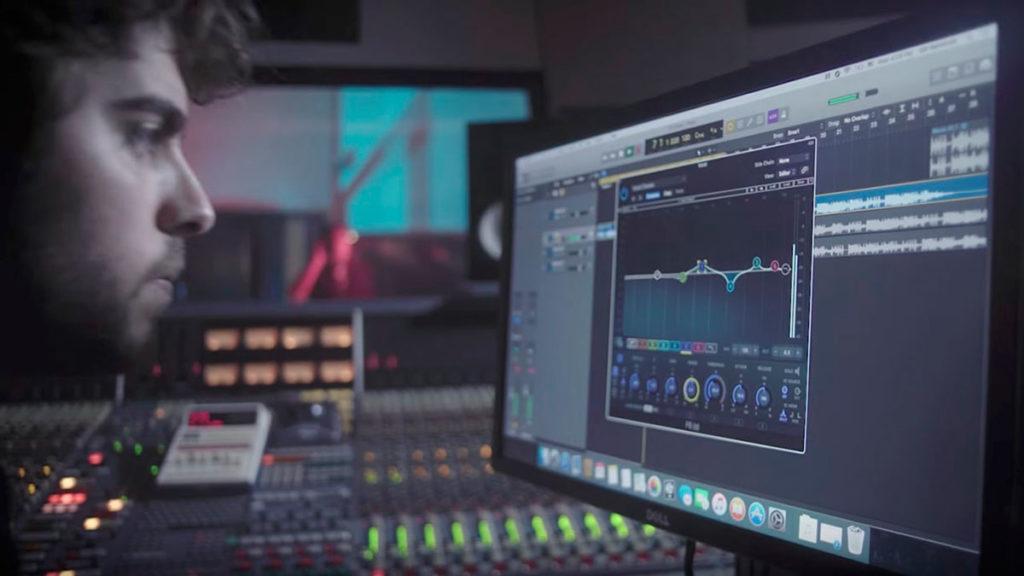tecnico del suono si occupa del missaggio di tracce e mastering audio di un brano musicale